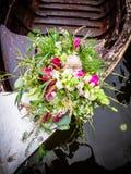 Le bouquet nuptiale sur le bateau images libres de droits