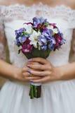 Le bouquet pourpre de la jeune mariée bleue et blanche Photographie stock
