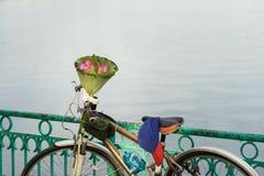 Le bouquet rose de fleurs de lotus fait en lotus part sur le vélo par le lac Les habitants de Hanoï achètent souvent des fleurs d Photographie stock