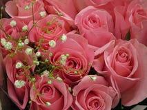 Le bouquet rose rose de Valentine captivant avec des souffles de bébé photographie stock
