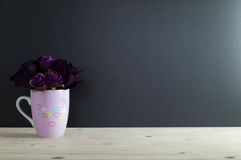 Le bouquet s'est levé au coeur de peinture de tasse Image libre de droits