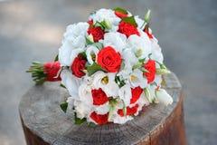 Le bouquet sensible de mariage dans les couleurs blanches et rouges fleurit image libre de droits