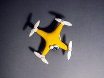 Le bourdon étroitement du quadrocopter avec le colis fatigué images libres de droits