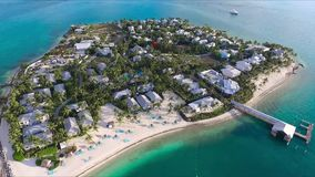 Le bourdon aérien renversant a tiré de la petite île tropicale de palmier de luxe de villa dans l'eau bleue profonde d'océan de t banque de vidéos