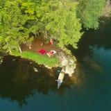 Le bourdon aérien a tiré du terrain de camping, du feu de camp et du canoë de tente dans les montagnes d'Adirondack photographie stock