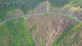 Le bourdon approche la courbe de route de montagne sur la falaise raide clips vidéos