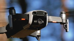 Le bourdon avec un appareil-photo plane dans le ciel Quadcopter vole au-dessus de la terre dans la forêt banque de vidéos
