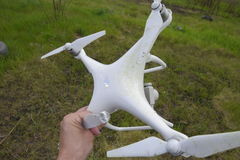 Le bourdon brisé Sale et dans le jus de l'herbe est un quadrocopter Photo libre de droits