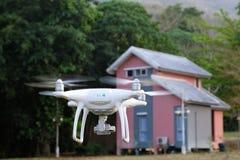 Le bourdon décollent de la terre et le vol pour prennent la photo aérienne au su Photo stock