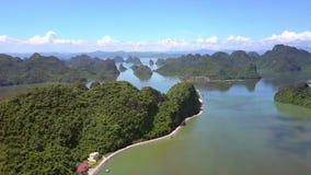 Le bourdon descend pour verdir l'île avec l'hôtel de route parmi la baie calme clips vidéos