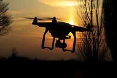 Le bourdon pilote et enlève les champs qui ont pointillé le paysage de l'agriculture photos stock