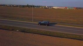 Le bourdon suit une voiture dans 4K banque de vidéos