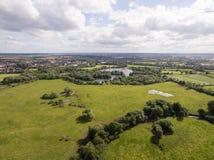 Le bourdon a tiré d'un lac dans la campagne de Leicestershire Photo libre de droits