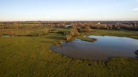 Le bourdon a tiré d'un lac dans la campagne de Leicestershire Photos libres de droits