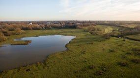 Le bourdon a tiré d'un lac dans la campagne de Leicestershire Photo stock