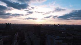 Le bourdon a tiré les bâtiments vivants de secteur de dortoir au beau coucher du soleil banque de vidéos