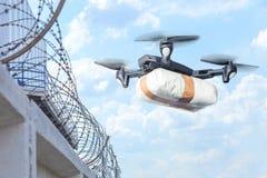 Le bourdon a volé à travers le ciel avec la contrebande Le bourdon transporte les marchandises interdites à travers la frontière  photo libre de droits
