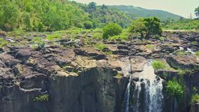 Le bourdon vole étroitement au-dessus des pierres avec la cascade de cascades banque de vidéos