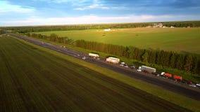 Le bourdon vole au-dessus de la route moderne avec l'embouteillage dans le pays banque de vidéos