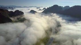 Le bourdon vole au-dessus de la vallée couverte de brouillard et de montagnes sans fin banque de vidéos