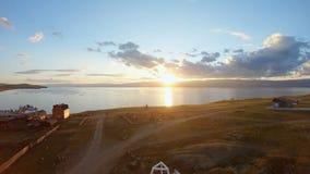 Le bourdon vole au-dessus du dôme de l'église avec la croix au coucher du soleil clips vidéos