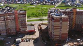 Le bourdon vole au-dessus du logement à plusiers étages construisant aux cottages clips vidéos