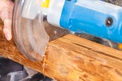 Le bourdonnement a vu des coupes un bois images stock