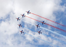 LE BOURGET, FRANCIA - 25 de junio de 2017: El Patrouille Acrobatique de Francia que hace la bandera francesa Imagen de archivo libre de regalías