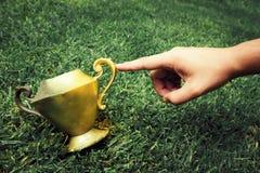 Le bout du doigt transforme un vase à cru en or photographie stock libre de droits