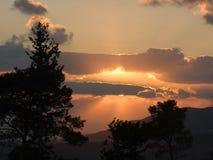 le bout rayonne le coucher du soleil Photo libre de droits