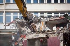 Le bouteur détruit une vieille construction photos stock