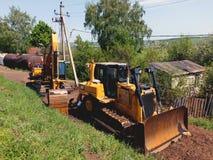 Le bouteur et l'excavatrice attendent le travail Province russe image libre de droits