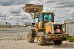Le bouteur travaille à la construction de routes dans Tyumen Images stock