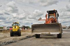 Le bouteur travaille à la construction de routes dans Tyumen Photo libre de droits