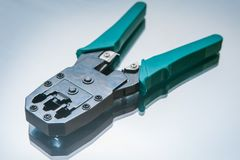 Le boutissoir pour le filet câble des pinces du fil rj-45 Image libre de droits