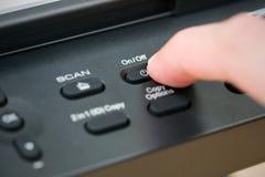 Le bouton en gros plan de main ouvrent le photocopieur image libre de droits