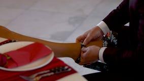 Le bouton masculin de main vers le haut des chaussures dans la jambe des femmes clips vidéos