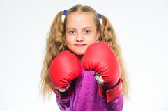 Le boxeur de fille sait défendez-vous Enfant de fille fort avec des gants de boxe posant sur le fond blanc Elle préparent à images libres de droits