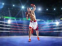 Le boxeur de Professionl se tient sur l'anneau Photos stock