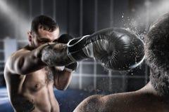Le boxeur en concurrence de boxe bat son adversaire Photos stock