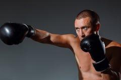 Le boxeur est prêt à s'occuper un coup puissant image libre de droits