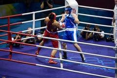 Le boxeur olympique assomment l'opponet Images stock