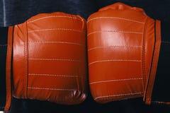 Le boxeur presse des mains ensemble Mains d'athlètes dans les gants en cuir photos libres de droits