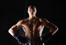 Le boxeur professionnel se tient dans le gymnase image libre de droits