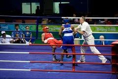 Le boxeur tombe pendant l'accès olympique Photographie stock libre de droits