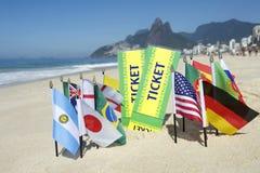 Le Brésil étiquette des drapeaux du monde sur la plage Rio Photo stock