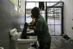 Le Brésil - le San Paolo - L'ONG Sermig - les salles de bains de dortoir Photo libre de droits