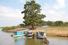 Le Brésil, Santarém : Vie bateaux chez fleuve Amazone - maison bord de mer/ photos stock