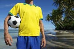 Le Brésil Team Football Player Standing sur la plage de Nordeste Photographie stock libre de droits