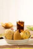 Le Brésilien mélangé a cuit le casse-croûte de poulet, les esfihas et la pâtisserie à la friteuse Photographie stock